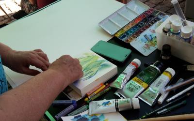 Auf Ariane Ritter, hier bei einem kleinen Format, ging die Idee zurück, direkt in vor Ort in Neumarkt zu malen und Spenden zu sammeln.