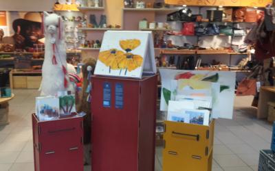 Und es geht weiter: Im Eine Welt Laden Neumarkt warten ab Montag, 12.6., zahlreiche weitere Gemälde und Kalligrafien als Dankeschön für eine angemessene Spende zu Gunsten der jungen Geflüchteten in Neumarkt.